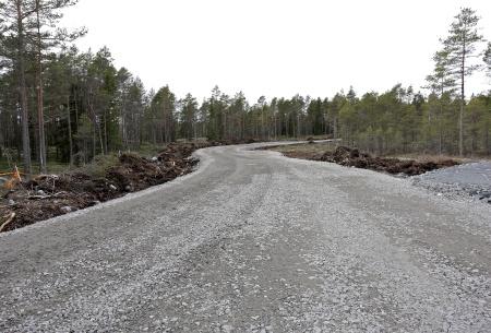 18 mars 2014 - vägarna justeras och färdigställs inför kommande transporter och arbete i samband med monteringen av vindkraftverken. Skogsmarken längs med vägen kommer att återställas.
