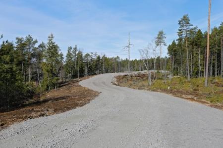 1 april 2014 - nybyggd väg i vindkraftsparken på Mölnerudshöjden i Holmedal.