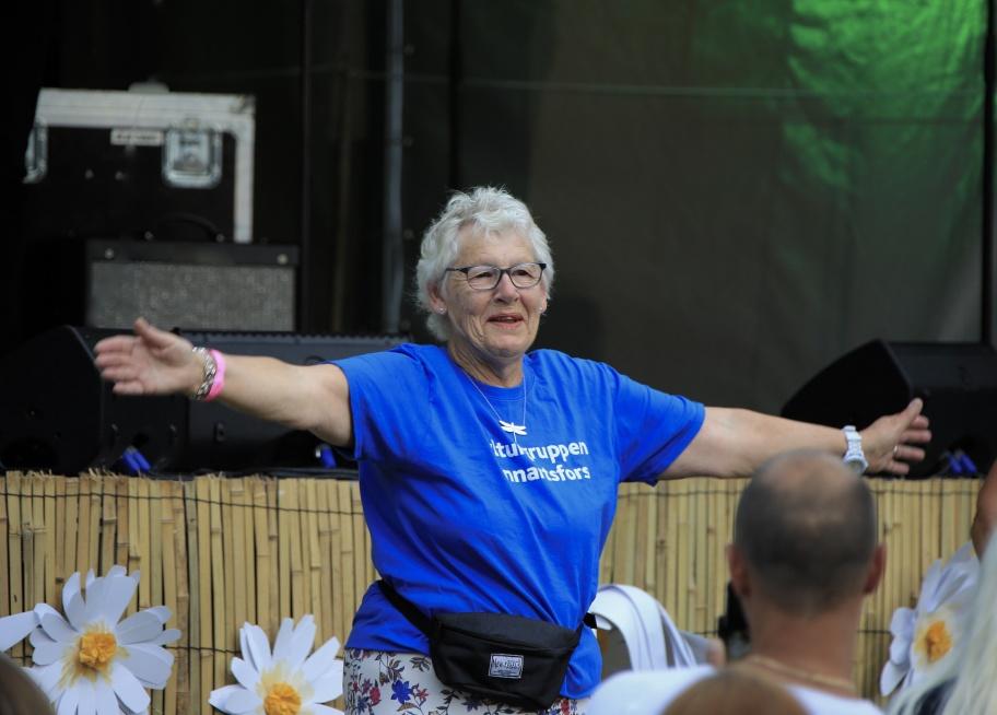 Margareta i Kulturgruppen Lennartsfors hyllades på scenen och hon hjälpte sedan till att få igång publiken.
