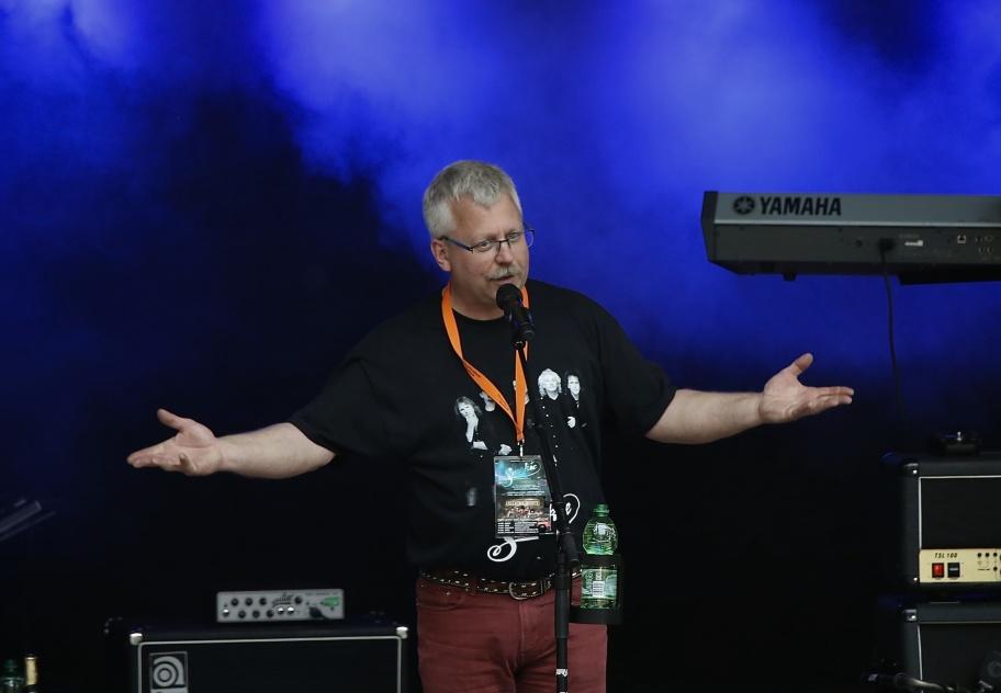 Rikard Ohlin hälsade alla välkomna till Silleruds Hembygdsgård och konserten med Smokie & Creedence Tribute.