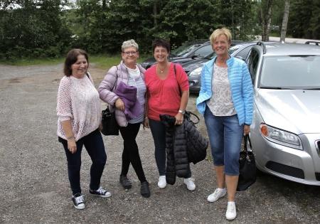 Glada förväntansfulla tjejer på väg till konserten.