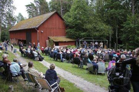 Konsertkvällen inleddes med ett Cover Band.
