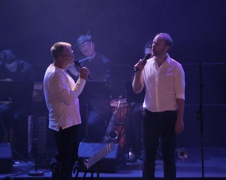 """Bo Kyhlander och Tony Nilsson sjöng """"Som en duva"""" tillsammans med kören."""