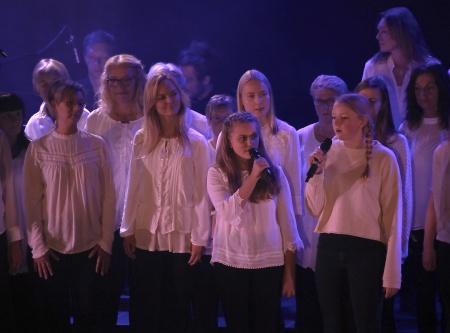 """Vilde Thellberg och Elin Olsson sjöng """"Min bästa vän"""" tillsammans med kören."""
