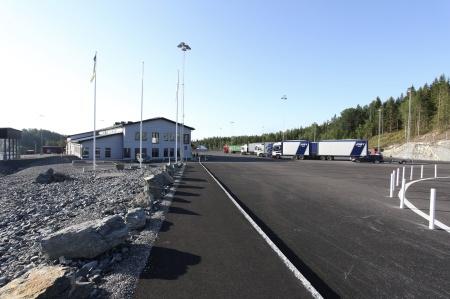 Långtradarna radade upp sig på parkeringsplatsen.