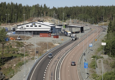 Under förmiddagen stängdes E18 och trafiken togs in till kontrollplatsen.