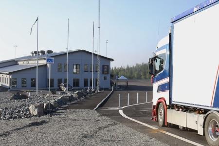 Kl 06.30 släpptes första långtradaren in på området.