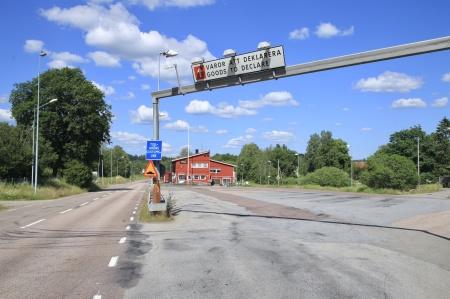 24 juni 2020 - Gamla tullstationen i Hån ligger tom och öde, dagen efter flytten upp till gränsen. Hån har blivit en betydligt trevligare plats att bo på, nu när lastbilstrafiken är borta.