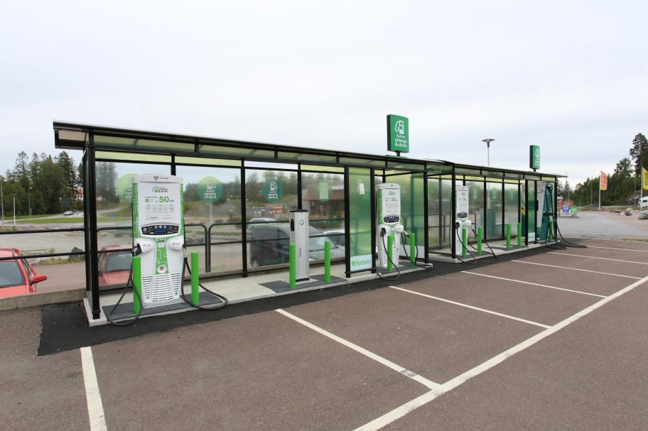 Laddningsstation för elbilar vid Töcksfors Handelspark.
