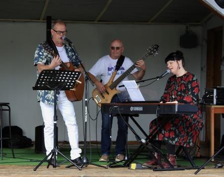 På scenen Jan Bäckman, Ingvar Heed och Mathilda Röjdemo.
