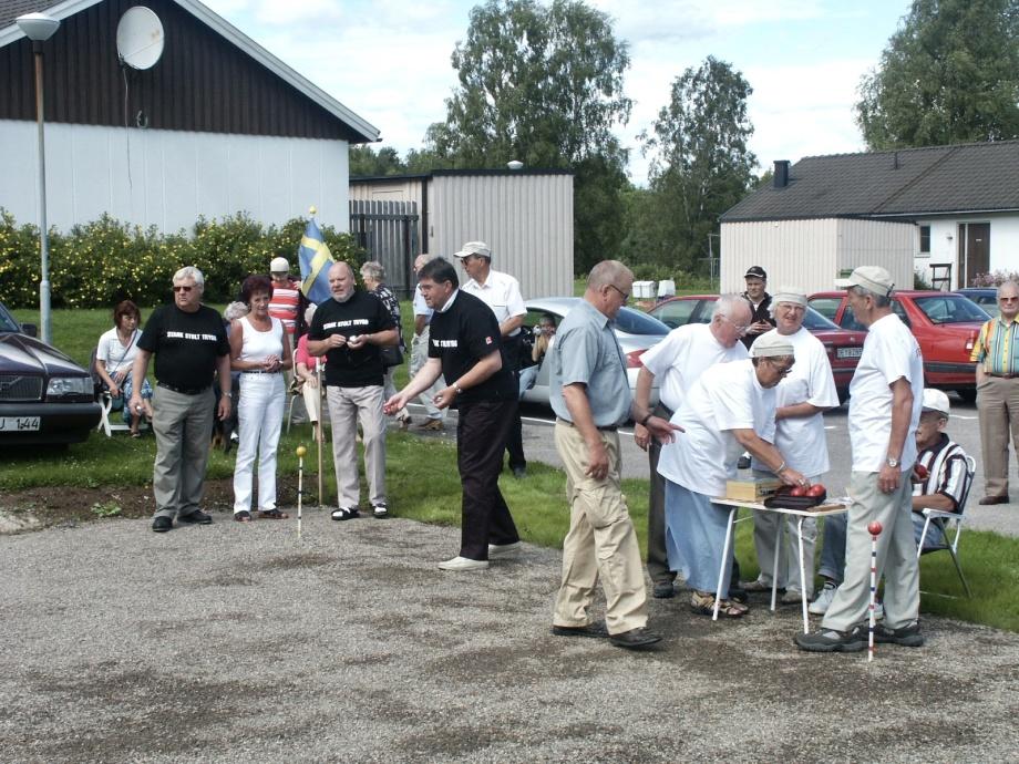 7 juli 2002invigdes en Boulebanavid PRO-Gården på Solängen i Töcksfors.När parhusen på Solängen, inkl PRO-Gården, revs för att ge plats för de nya hyreshusen, försvann också Boulebanan.