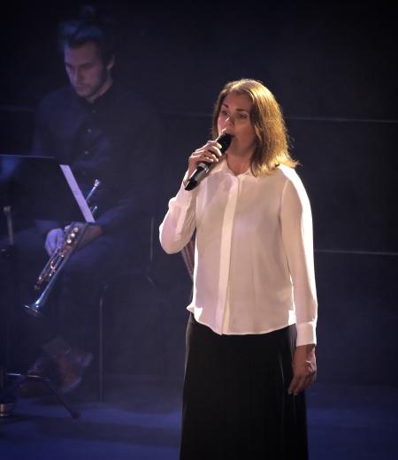 """Ulrika Lindkvist sjöng """"Min plats på Jorden"""" tillsammans med kören Con Brio."""