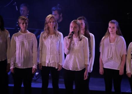 """Frida Axelsson sjöng Laleh`s """"Goliat"""" tillsammans med kören."""
