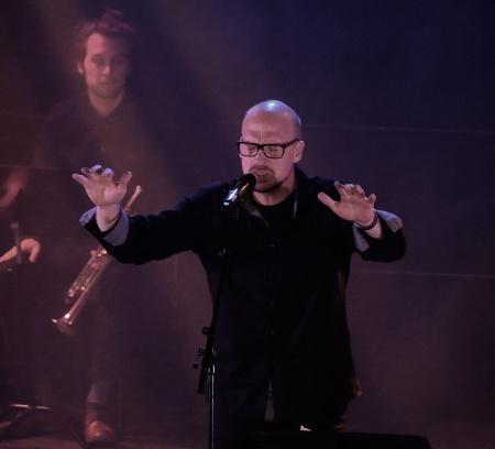 """Pär-Erik Eriksson sjöng """"Ring i alla klockor"""" tillsammans med kören."""