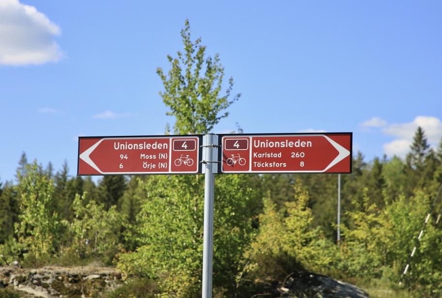 """Vid Gränsen får man passera över norska tullstationsområdet för att komma ut på gamla E18 in i  Norge. Från Gränsen och in i  Sverige cyklar man gamla riksvägen """" Kongevägen """" och kommer då fram vid Leken i Hån."""
