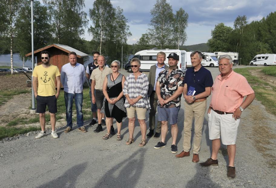 5 juni 2021 - Gamla och nya styrelsen i Båtklubben Käglan och projektledarna för byggandet av småbåtshamnen och ställplatserna för husbilar. I bakre ledet även kommunalrådet Daniel Schützer.