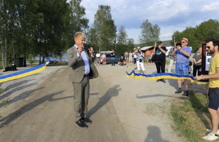 Kommunalrådet Daniel Schützer klippte bandet och förklarade ställplatserna invigda.