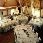 Bröllopsdukning med runda bordskänsla