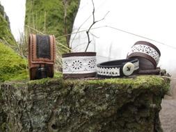 Armband, bälten, väskor och andra accessoarer kan du handla i hantverksateljén