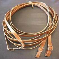 Här repareras hästutrustning såsom selar, tömmar, sadlar, träns och huvudlag.
