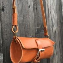 Liten väska i vegetabilgarvat svenskt läder, med plats för t.ex. nycklar, plånbok och telefon.