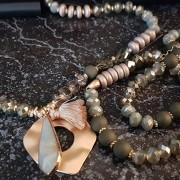 Långt romantiskt halsband