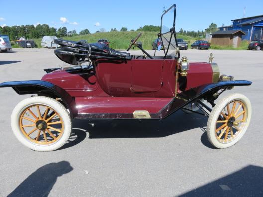 En hellackering av en Ford från år 1913 i rätt kulörer utförd av Ekerö Bilskadecenter i Ekerö kommun.