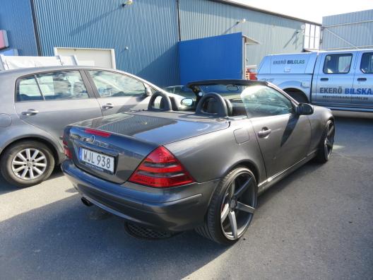 Bilen är lackerad med skärmar, huv, tak och bagagelucka separat. Färgen heter Mineral Grey.