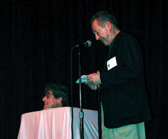 Bud spexar i en låda på scenen