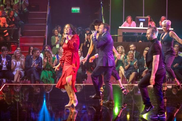 Renée Nyberg och David Hellenius sjunger.