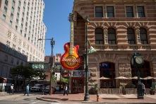 Hard Rock Cafe låg på andra sidan gatan
