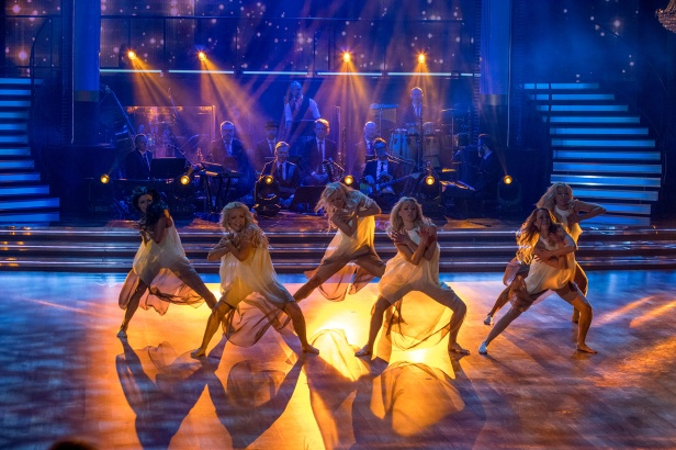 Proffsdansarna uppträder före sändningen