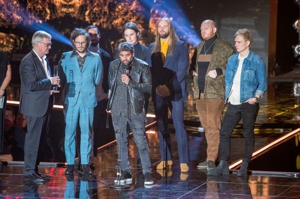 Hans Bergling och producenterna tar enot priset i kategorierna  Årets låt och årets Elektro/Dance