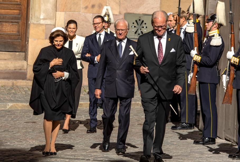 Kingen, drottningen, kronprinsessan och Prins Daniel vid Storkyrkan inför riksdagens högtidliga öppnande.