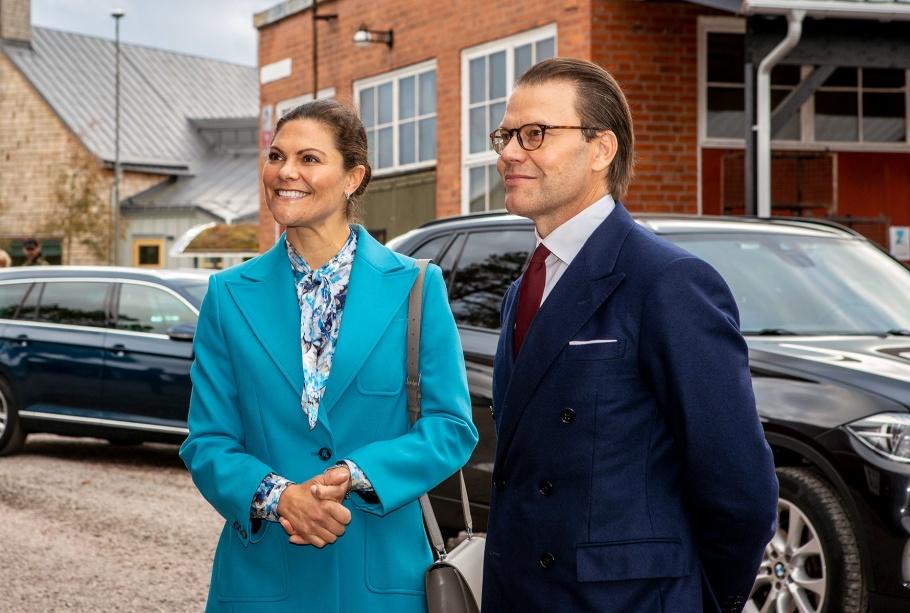 Prins Daniel och kronprinsessan Victoria vid Wetterlings yxfabrik i Storvik.