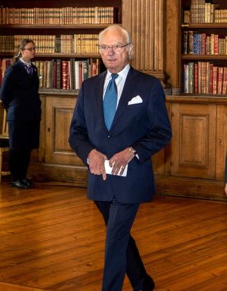 1kungen anländer till Bernadottebiblioteket