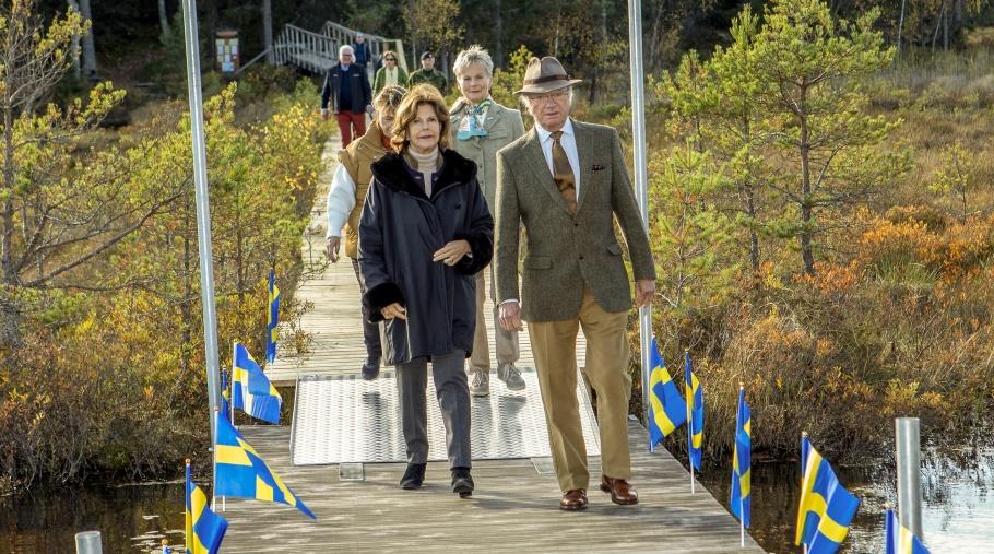 Kung Carl Custaf och drottning Silvia anländer till Bruksdammen i Hälleforsnäs