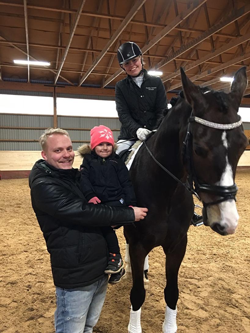 Andreas, lilla Maja och JImmy kom och hälsade på. Här fick hon hälsa på Farmer i Chrilles famn.