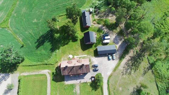 Chrilles drönarbild över gården där vi bor på Ericsberg. Bara ett stenkast från det stora stallet.