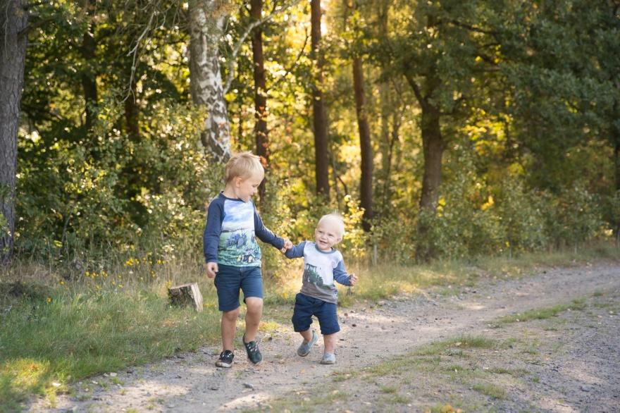 Syskonfotografering på skogsväg i Halland