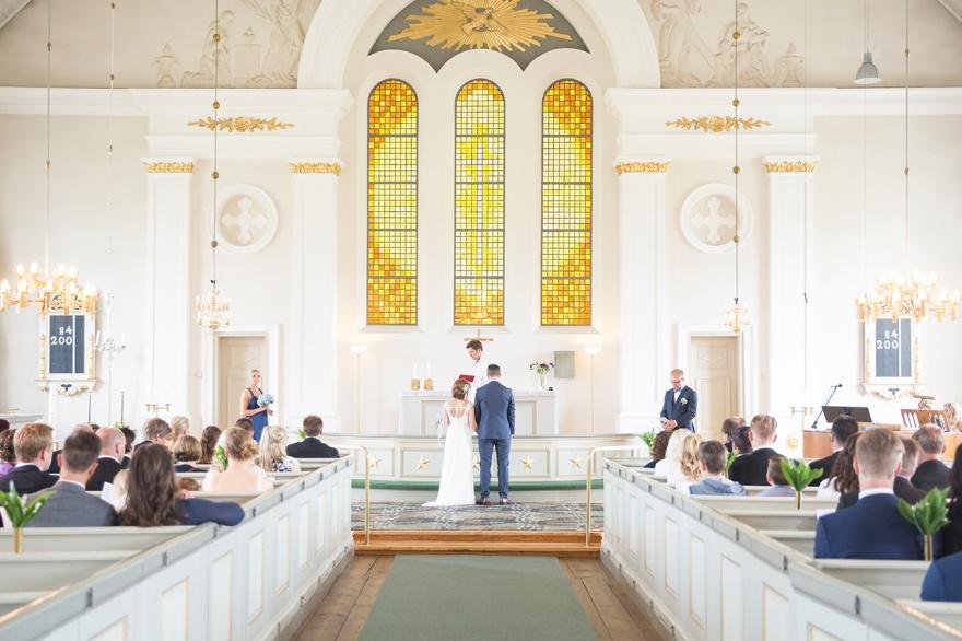 Vackert bröllop i Markaryds kyrka. Fotograf Emy fotograferar ditt bröllop i Markaryd