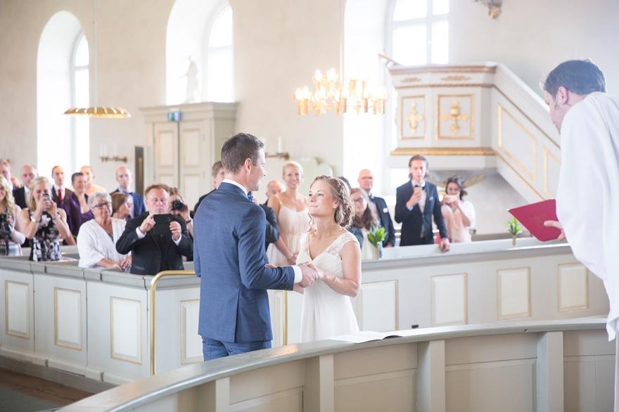 Vigsel i Markaryds Kyrka - Vig dig  i markaryds kyrka och bröllopsfotograf Emy fotograf fotograferar ditt bröllop