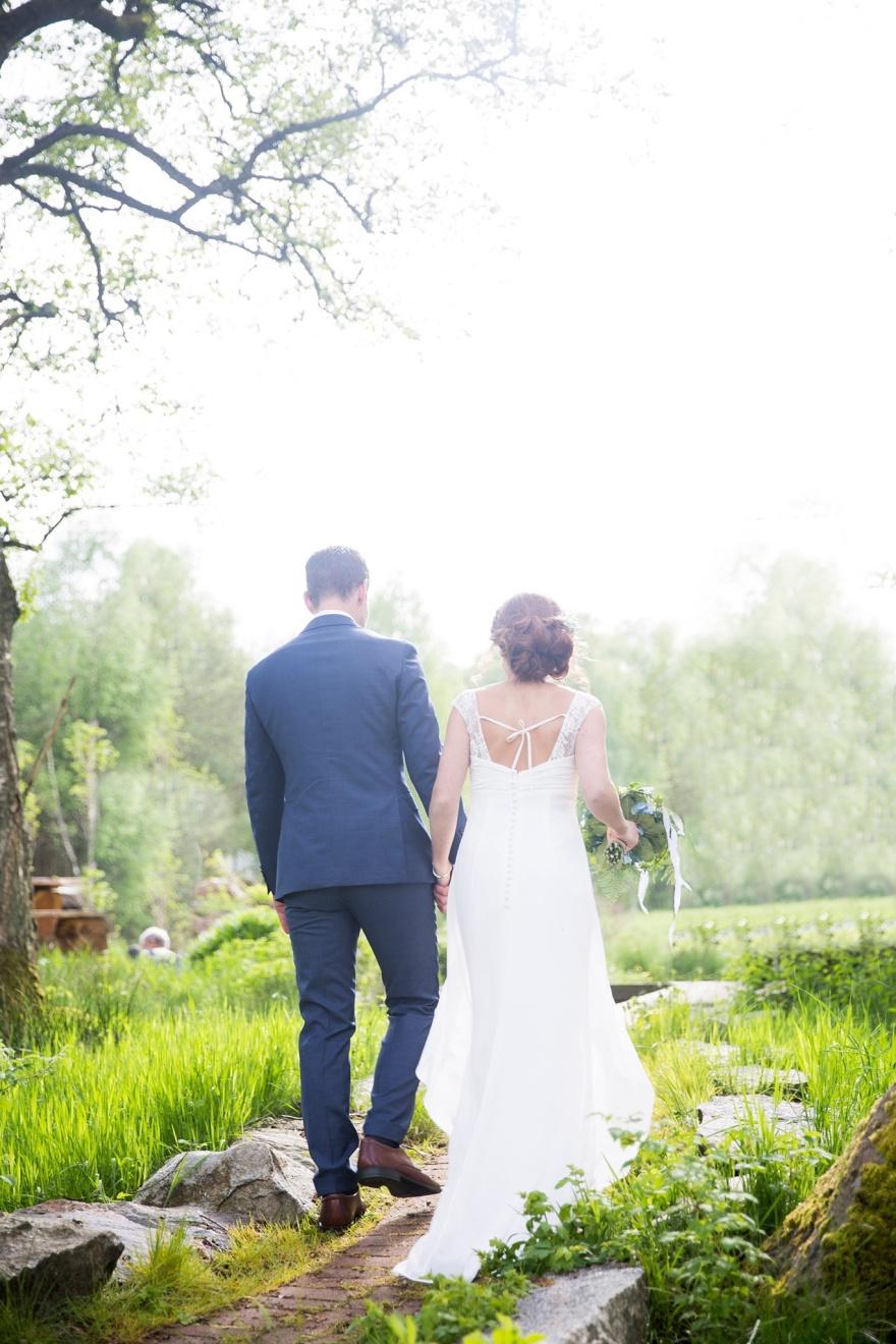 Vackert sommarbröllop vid kvarnen i knäred - Fotografe emy fotoraferar gärna ditt bröllop i knäred och markaryd