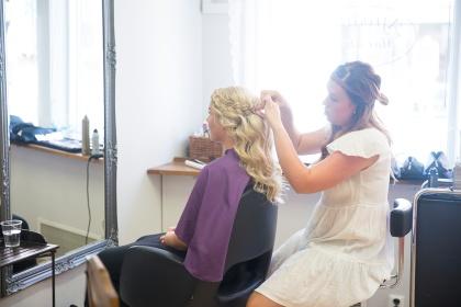 Bröllopsfotografering laholm, fotografering förberedelser frisör laholm - fotograf emy