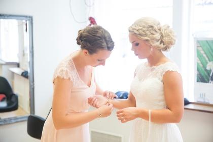 Fotograf emy fotograerar bröllopsförberedelserna på afrodites i laholm