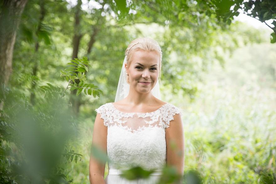 Fotogra femy fotograferar dina bröllopsfoton under bröllopffotograferingen i Örkeljunga