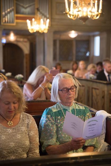 Fotograf emy fotograferar din bröllopsgäster ifrån ditt bröllop