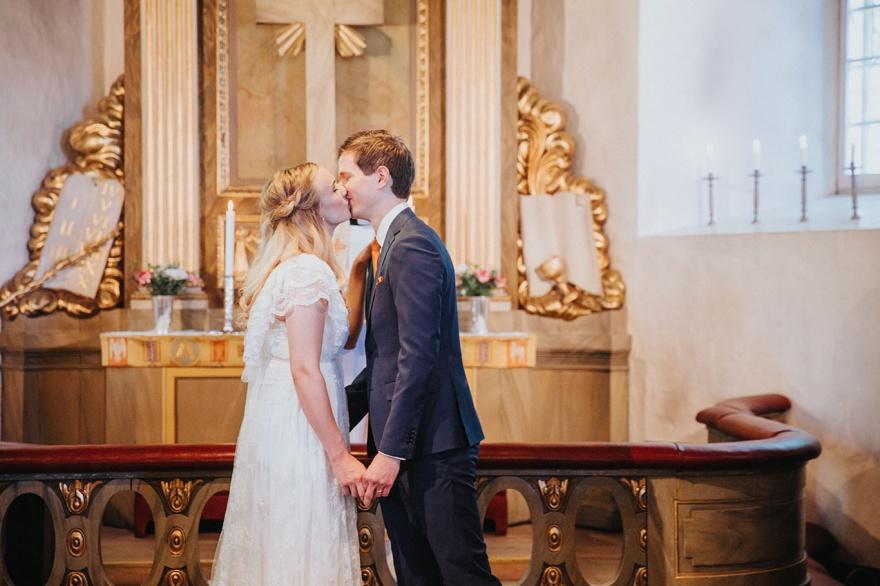Bröllopsfotografen fotograferar dintt bröllop och vigsel i halsmtad kyrka