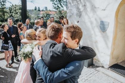 Fotograf emy fotograferar vackra bröllopsbilder på bröllop i halmstad