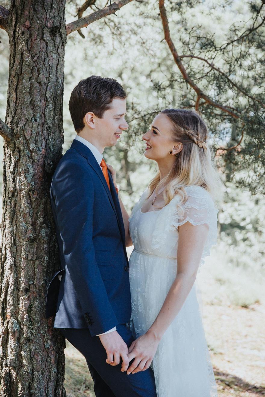 Bröllopsfotograf som fotograferar vackra bröllopsbilder på ditt bröllop